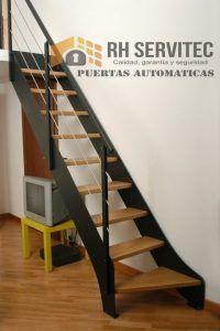 escaleras con pasos de madera